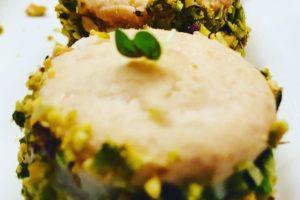 2 macaron met geitenkaas, verse truffel en pistachenootjes
