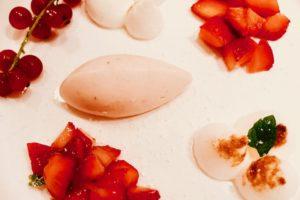 Aardbeienbavarois met rode vruchten